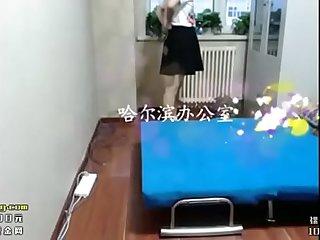 哈尔滨办公室简易床上操了女神舔鸡鸡硬后直接坐上来扭动抽插 爽得呻吟连连
