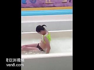 [中國/中国] 中國妹子水上樂園大走光 >_>_ 更多免費亞洲視頻 AsiaHeaven8.com
