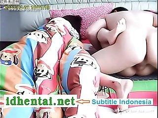 Pasangan Cina menyelinap di tempat tidur.