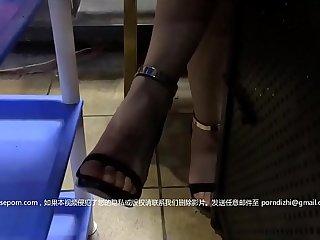 性感短裙美女和网友吃饭后到会所包厢等按摩技师时按耐不出掀开短裙啪啪,酒店继续操,床都干歪了!