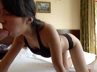 美女在床边侧插后入无套爆操直接射菊花中出