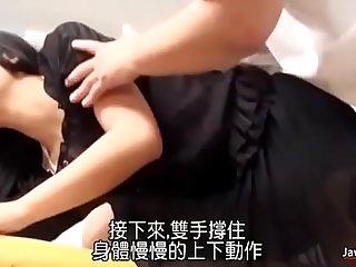 日本剧情,中文字幕!女孩去找医生看肩膀,反被操